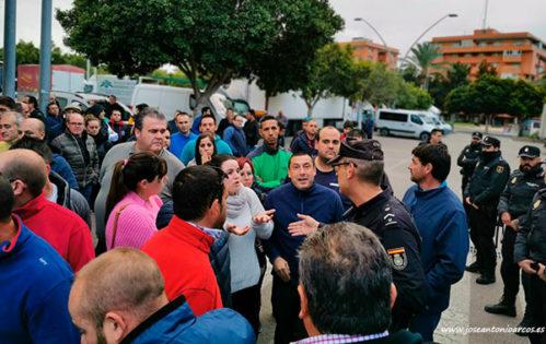 Agricultoras almerienses hablando con la policía nacional. /joseantonioarcos.es