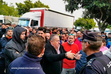 Agricultores almerienses hablando con la policía nacional. /joseantonioarcos.es