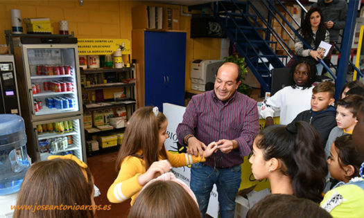 Agustín Tejada, gerente de Biosur, con el grupo de escolares. /joseantonioarcos.es