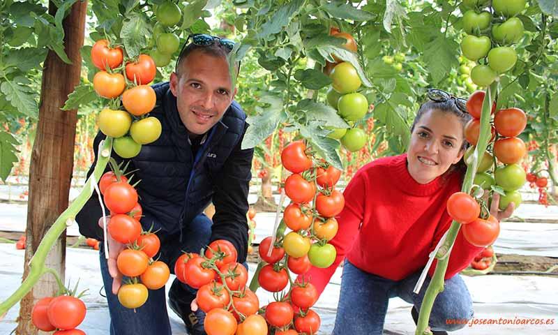 Alejandro García y Magda Pardo, jóvenes agricultores de Almería. /joseantonioarcos.es