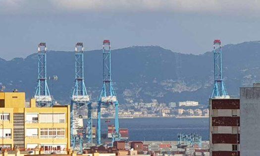 Algeciras, con su puerto y al fondo el Peñón, Gilbraltar. /joseantonioarcos.es