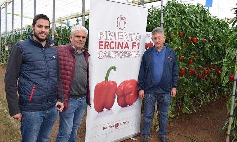 Jorge Bervel, técnico de Ramiro Arnedo, con agricultores en las jornadas de pimiento celebradas en El Ejido. /joseantonioarcos.es