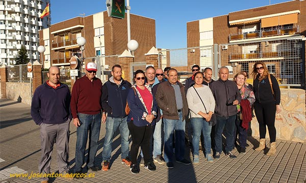 Miembros de Coag-Almería minutos antes de la salida de Andrés de la Comandancia de la Guardia Civil de El Ejido. /joseantonioarcos.es