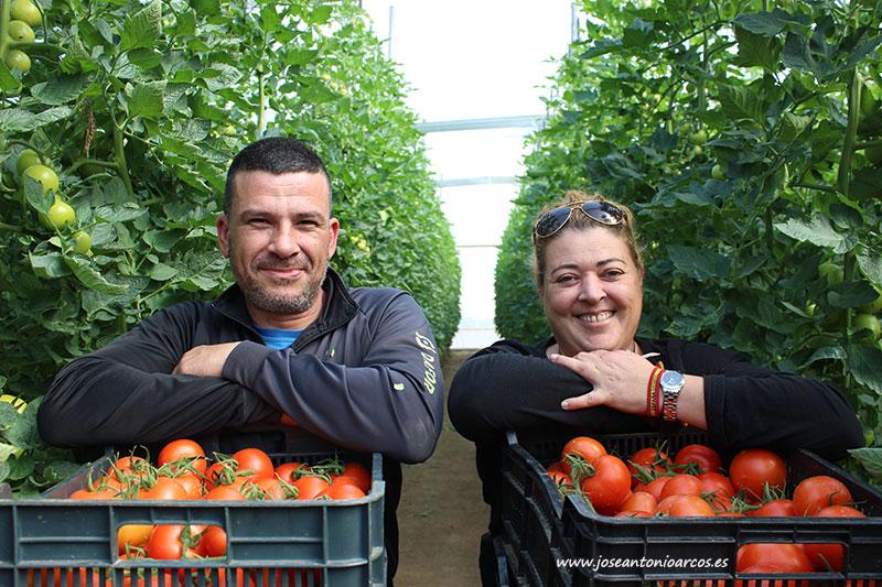 Carmen Belén con su marido Juan. Agricultores almerienses. /joseantonioarcos.es
