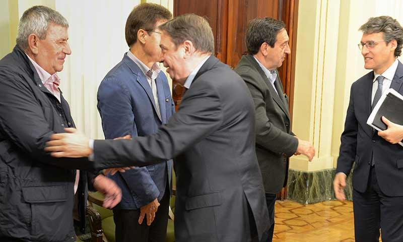 El Ministro de Agricultura Luis Planas reunido con las organizaciones agrarias. Con Lorenzo Ramos, de UPA. /joseantonioarcos.es