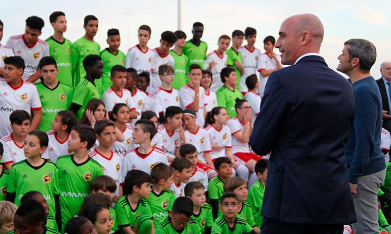 El presidente de la Federación Española de Fútbol, Luis Rubiales, ha viajado a Almería para conocer a MAAVI Fundation-joseantonioarcos.es