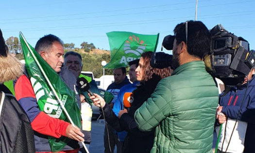 Los freseros de Huelva cortan la autovía de Portugal por la crisis del campo. /joseantonioarcos.es