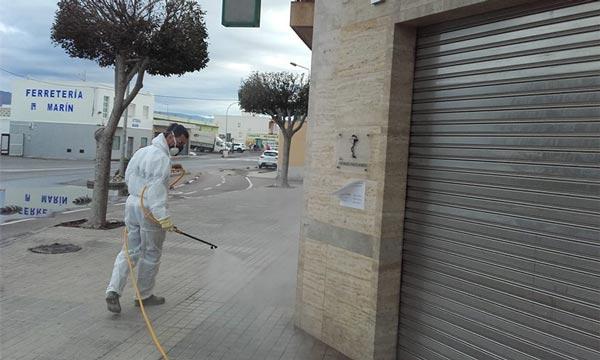 Agricultores y tractoristas desinfectan las calles de El Ejido contra el coronavirus. Covid19.