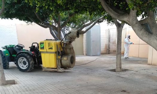 Agricultores y tractoristas desinfectan las calles de El Ejido contra el coronavirus. Covid19. /joseantonioarcos.es