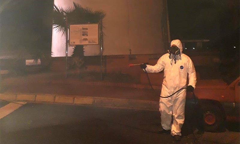 Agricultores de Adra desinfectan contra el coronavirus. /joseantonioarcos.es