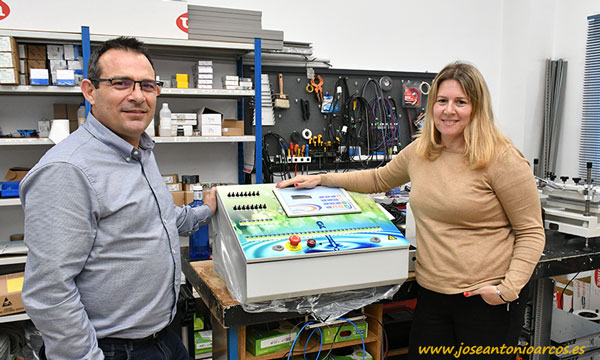 Manuel Hernández con Eva Vizcaíno en la fábrica de Maher en Almería. /joseantonioarcos.es
