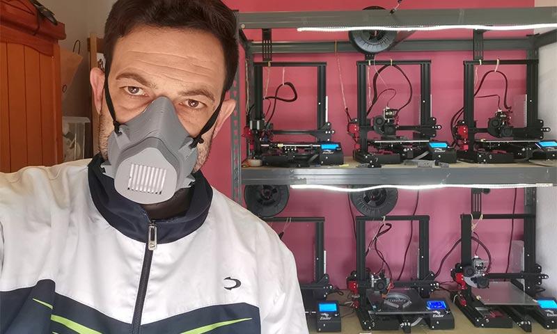 Germán Granados con una de las mascarillas fabricadas en impresión 3D. /joseantonioarcos.es
