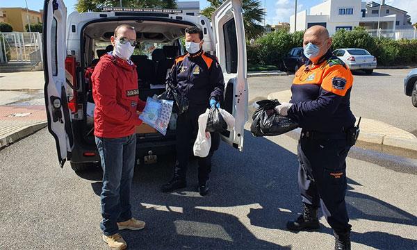 Protección Civil ha entregado este mediodía las primeras 300 mascarillas que han fabricado 60 costureras de El Ejido-joseantonioarcos.es