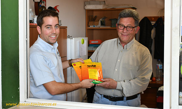 Un agricultor almeriense con un sobre de semillas de agroTIP. /joseantonioarcos.es