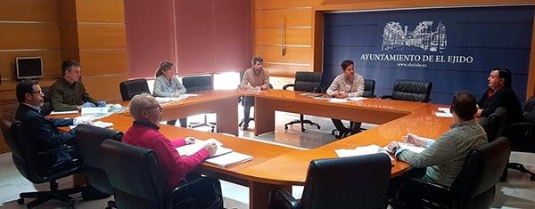 Reunión de técnicos y concejales hoy en el ayuntamiento de El Ejido. /joseantonioarcos.es